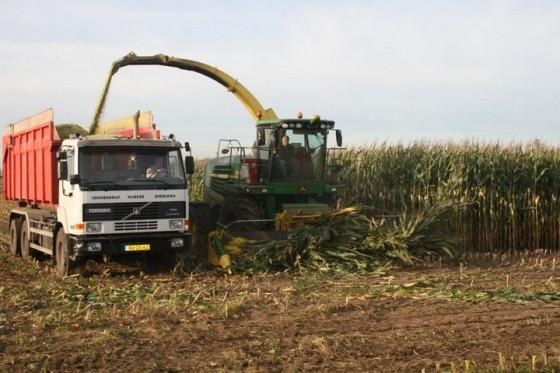 Loonbedrijf Hubers uit Overloon met John Deere hakselaar en truck. Foto: Bas Janssen