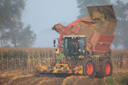 Loonbedrijf Ten Hove uit Kamperveen met hun Claas Xerion 3300 en Kemper hakselaar met bunker.